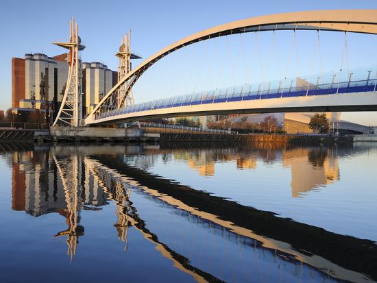 chris-hepburn-early-morning-view-of-the-millennium-bridge-salford-quays-manchester-greater-manchester-england