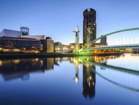 chris-hepburn-millennium-bridge-and-lowry-centre-at-dawn-salford-quays-manchester-greater-manchester-england