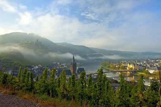 chris-seba-germany-rhineland-palatinate-the-moselle-bernkastel-kues-city-view-morning-fog-sunrise