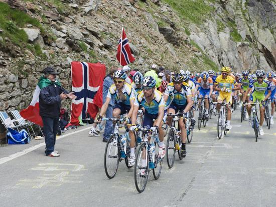 christian-kober-cyclists-including-lance-armstrong-and-yellow-jersey-alberto-contador-in-the-tour-de-france-2009