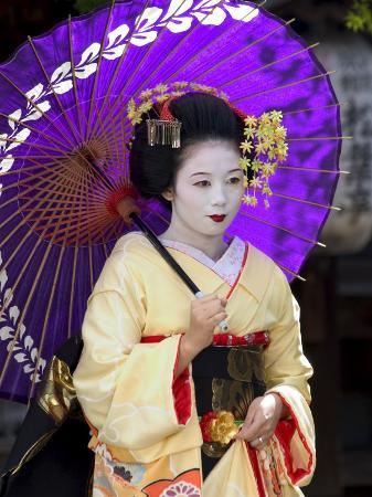 christian-kober-geisha-maiko-trainee-geisha-in-gion-kyoto-city-honshu-japan