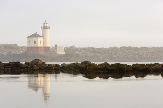 chuck-haney-coquille-river-lighthouse-in-morning-fog-in-bandon-oregon-usa