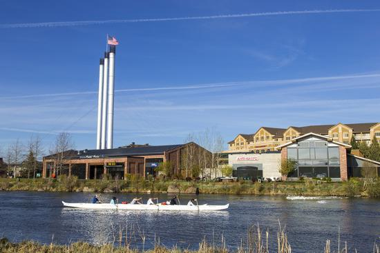 chuck-haney-paddlers-on-the-deschutes-river-old-mill-district-bend-oregon-usa