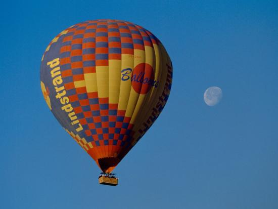 cindy-miller-hopkins-moon-over-the-west-bank-of-the-nile-and-hot-air-balloon-with-tourists-luxor-egypt