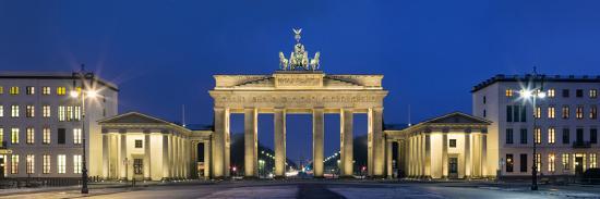 city-gate-lit-up-at-night-brandenburg-gate-pariser-platz-berlin-germany