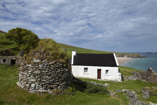 cottage-and-deserted-cottages-on-great-blasket-island-the-blasket-islands