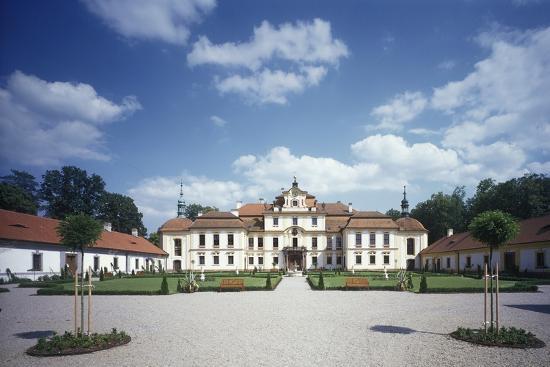 cour-d-honneur-jemnisht-chateau
