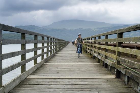 cyclists-on-barmouth-bridge-across-river-mawddach-estuary-barmouth-gwynedd-n-wales-uk
