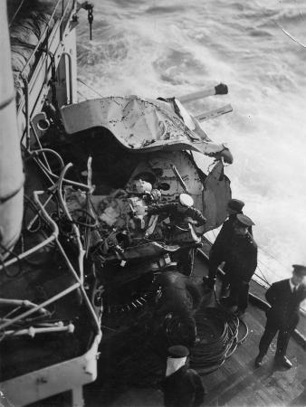 damaged-anti-aircraft-gun-on-the-british-battleship-hms-malaya-off-the-coast-of-portugal-1937
