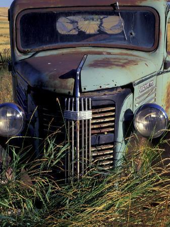 darrell-gulin-old-truck-in-field-gennesse-idaho-usa
