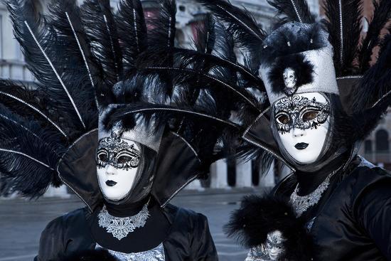 darrell-gulin-venice-italy-mask-and-costumes-at-carnival