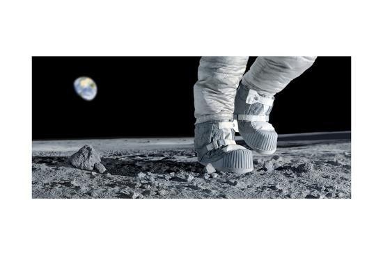 detlev-van-ravenswaay-astronaut-walking-on-the-moon
