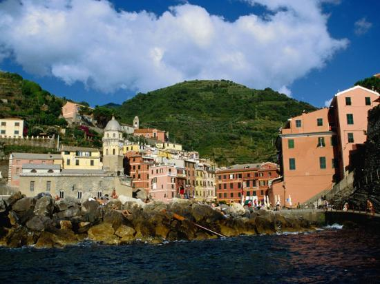 diana-mayfield-sea-approach-to-town-in-the-cinque-terre-vernazza-liguria-italy