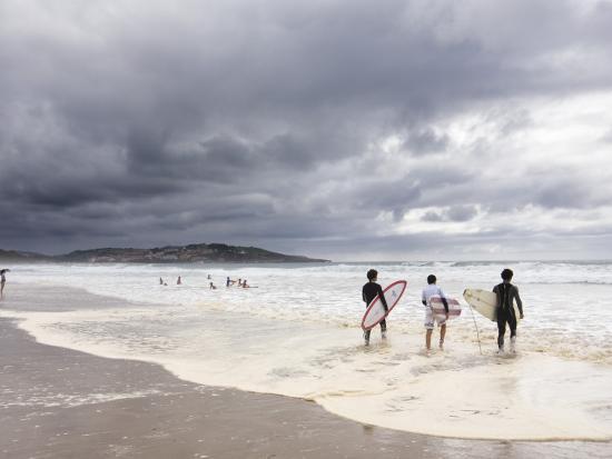 diego-lezama-young-surfers-entering-sea-at-meron-beach