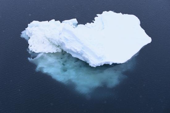 dlillc-iceberg-seen-above-and-below-water
