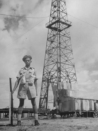 dmitri-kessel-an-indian-army-guard-patroling-the-kirkuk-oil-field