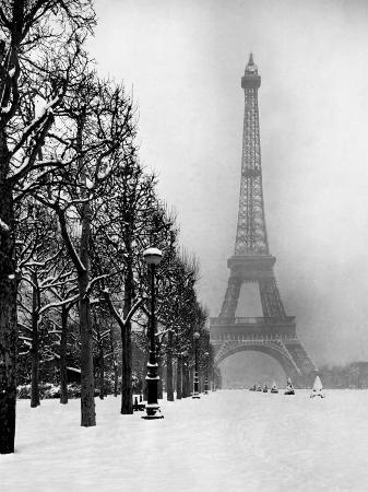 dmitri-kessel-heavy-snow-blankets-the-ground-near-the-eiffel-tower
