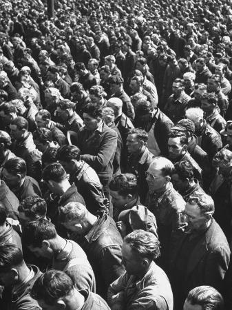 dmitri-kessel-workmen-gathering-together