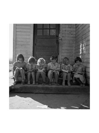 dorothea-lange-little-girls-read-their-lessons