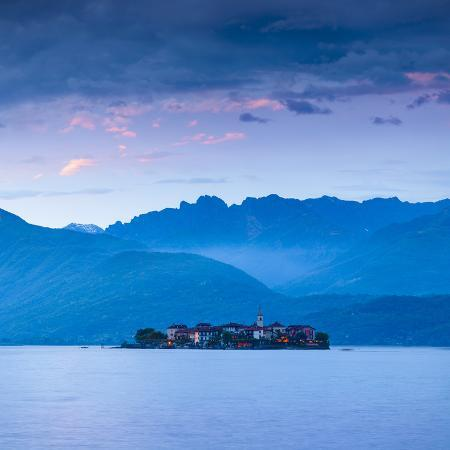 doug-pearson-isola-dei-pescatori-fishermen-s-islands-illuminated-at-dusk-borromean-islands-lake-maggiore