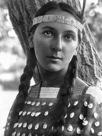 edward-s-curtis-sioux-woman-c1907
