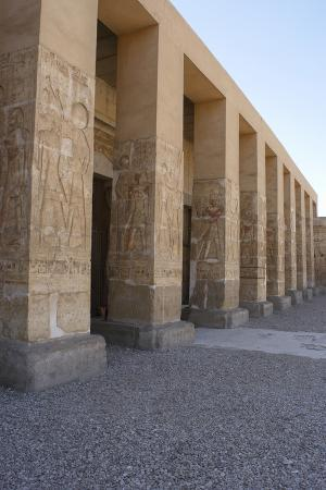 egyptian-art-temple-of-seti-i-at-abydos-facade-detail-pillars-decorated-with-reliefs-19th-dynas