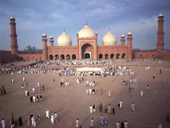 eid-ul-fitr-celebration-badshahi-mosque-lahore-pakistan