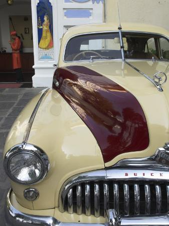 eitan-simanor-old-buick-car-in-front-of-entrance-to-the-city-palace-hotel-old-city-udaipur-india