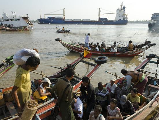 eitan-simanor-passengers-embarking-on-a-small-ferry-boat-across-the-river-yangon-harbour-myanmar-burma-asia