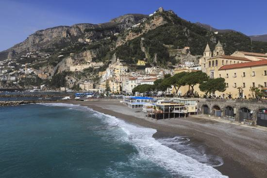 eleanor-scriven-beach-town-and-hills-of-amalfi-in-sunshine-with-breaking-waves-costiera-amalfitana-amalfi-coast