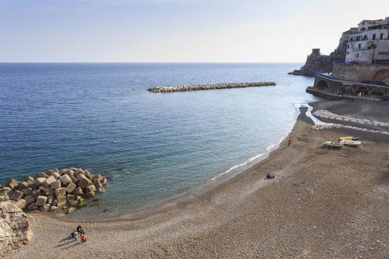 eleanor-scriven-elevated-view-of-atrani-beach-with-family-and-fishing-boats