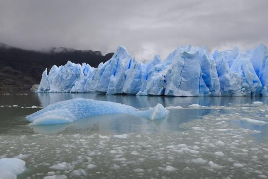 eleanor-scriven-lake-level-view-of-blue-ice-at-the-glacier-face-and-iceberg