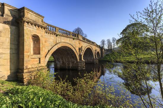 eleanor-scriven-sandstone-bridge-by-paine-over-river-derwent-on-a-spring-morning-chatsworth-estate