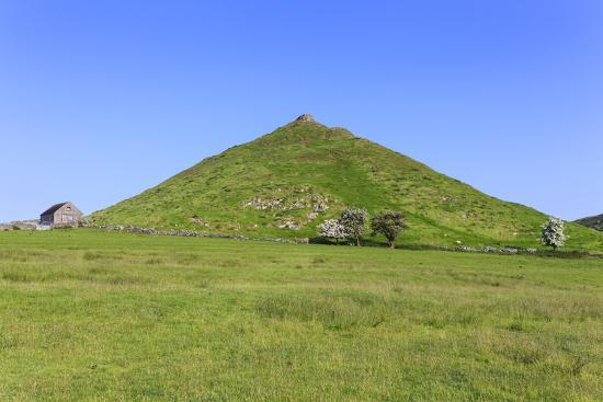 eleanor-scriven-thorpe-cloud-a-conical-hill-with-hawthorns-in-blossom-and-barn-dovedale