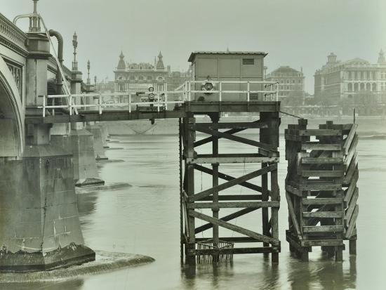 emergency-water-supply-pump-platform-westminster-bridge-london-wwii-1944