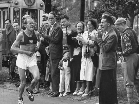 emil-zatopek-leading-in-marathon-at-1952-olympics