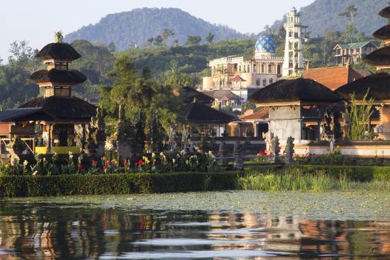 emily-wilson-indonesia-bali-sunrise-ulun-danu-temple-in-lake-bratan