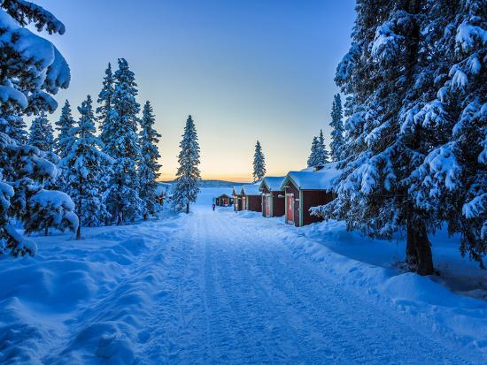empty-road-close-to-the-icehotel-jukkasjarvi-lapland-sweden