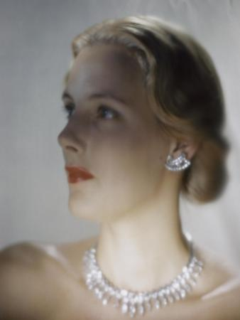 erwin-blumenfeld-vogue-october-1946-model-in-van-cleef-arpels-diamonds