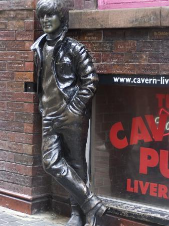 ethel-davies-statue-of-john-lennon-near-the-original-cavern-club-matthew-street-liverpool-merseyside