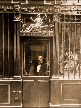 eugene-atget-a-l-homme-arme-25-rue-des-blancs-manteaux-paris-1900