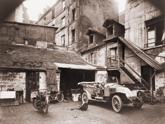 eugene-atget-photograph-of-a-courtyard-on-rue-de-valence-paris-ca-1920