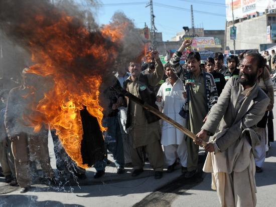 farooq-naeem-supporters-of-former-pakistani-prime-minister