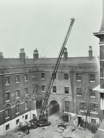 firemen-demonstrating-the-magirus-ladder-london-fire-brigade-headquarters-london-1910