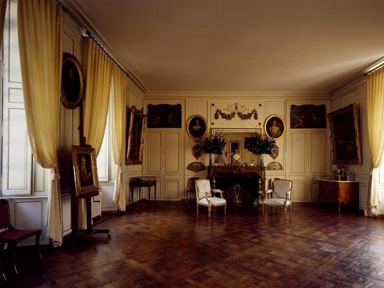 france-chateau-de-lantheuil-grand-salon-with-18th-century-furniture