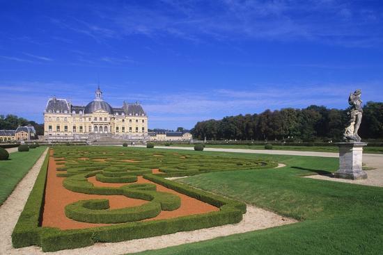 france-ile-de-france-statue-at-vaux-le-vicomte-castle