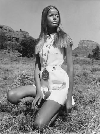 franco-rubartelli-vogue-june-1968-veruschka-kneeling-in-the-desert