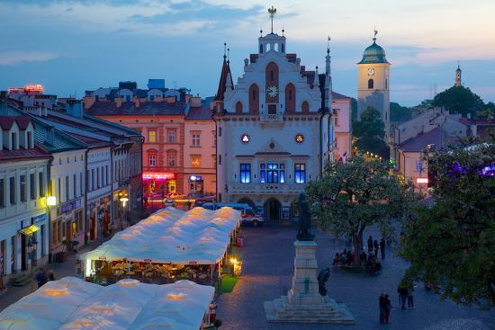 frank-fell-city-hall-at-dusk-market-square-old-town-rzeszow-poland-europe
