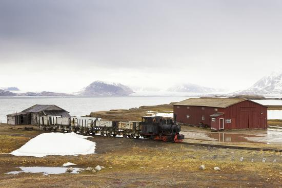 frank-lukasseck-norway-spitsbergen-ny-alesund-steam-train-old-timber-houses
