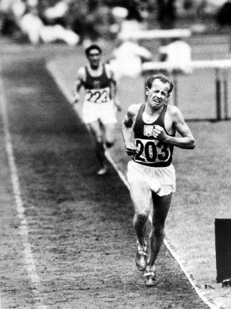 frank-scherschel-distance-champion-emil-zatopek-as-he-set-a-new-10-000-meter-record-during-the-olympic-games